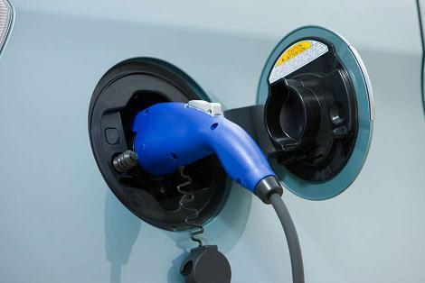 ¿Qué diferencia hay entre un auto híbrido y uno eléctrico?